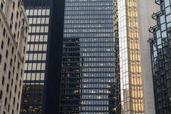 反射在镜子的摩天大楼在多伦多,安大略,加拿大喜欢另一现代高层窗口  库存照片