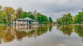 反射在青蛙池塘在波士顿公园,波士顿,美国 免版税库存照片