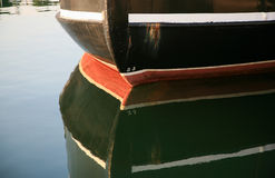 反射在水中的一个渔船的船骨 免版税图库摄影