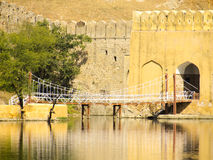 反射在水中的桥梁 免版税库存图片