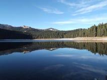 反射在黑湖 免版税库存照片