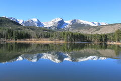 反射在水7的山峰 库存照片