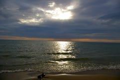 反射在水的日落 免版税库存图片