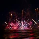 反射在从福尔泰德伊马尔米的码头的水中的烟花 图库摄影