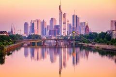 反射在主要河,德国的法兰克福地平线 免版税库存图片