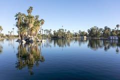 反射在Encanto Park湖,菲尼斯, AZ 库存图片