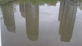 反射在Humber海湾河的建筑学 免版税库存照片