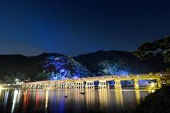 反射在Katsura河的Togetsu桥梁在晚上在12月照明节日期间在京都Arashiyama地区  库存照片