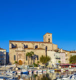 反射在La Ciota老镇口岸的大海的游艇  免版税库存图片