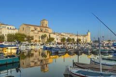 反射在La Ciota老镇口岸的大海的游艇  库存图片