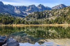 反射在Pessons,安道尔第一个湖  免版税库存照片