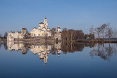 反射在seliger湖的Nilov修道院看法在t浇灌 免版税库存图片