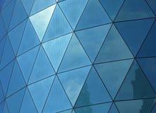 反射天空和云彩的有角被仿造的被反映的窗玻璃 免版税库存图片