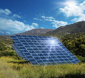 反射太阳的太阳能盘区收藏家 免版税图库摄影