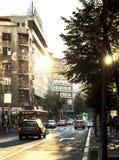 反射太阳的街道视图和大厦发出光线 库存图片