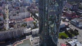 反射性办公室摩天大楼鸟瞰图和交通堵塞在一个现代财政区 天空镜子和 免版税库存图片
