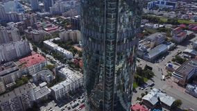 反射性办公室摩天大楼鸟瞰图和交通堵塞在一个现代财政区 天空镜子和 库存图片