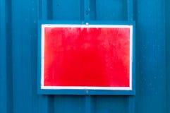 反射性红色布告牌在金属背景登上了 库存照片