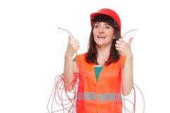 反射性背心和被卷入的红色缆绳的建造者妇女 免版税库存照片