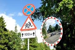 反射改进的球状类型镜子可见性和路标十字架 免版税图库摄影