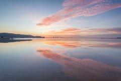 反射日出或日落视图与橙色云彩和蓝天 库存图片