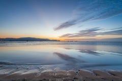 反射日出或日落视图与橙色云彩和蓝天 免版税图库摄影
