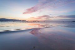 反射日出或日落视图与橙色云彩和蓝天 免版税库存照片