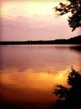 反射桃红色和橙色日落的Tennessee湖 库存图片