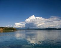反射水的云彩 免版税库存照片