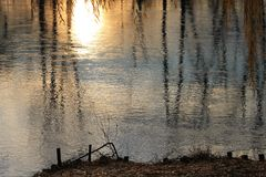 反射水的日落照明设备的抽象图象 图库摄影