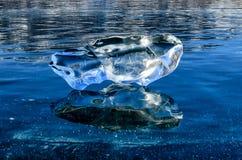 反射湖表面上的水晶 库存图片