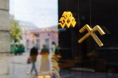 反射的人们在与一件全国装饰品的窗口里 免版税库存图片