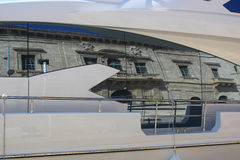 反射的历史的砂岩宫殿在游艇窗口里 免版税库存图片