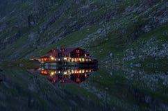 反射的瑞士山中的牧人小屋 免版税图库摄影