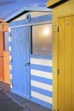 反射的阳光的海滩小屋 免版税库存图片