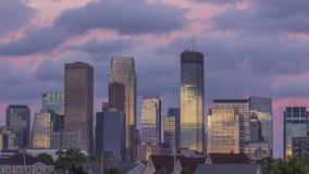 反射美丽的云彩的街市米尼亚波尼斯摩天大楼紧的射击在夏天日落4K UHD timelapse期间 影视素材