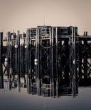 反射老木码头 免版税库存照片