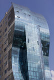 反射蓝色多云天空的蓝色现代大厦在基多 免版税图库摄影