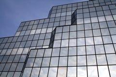 反射视窗的3朵云彩 免版税库存照片