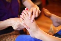 反射论脚按摩,温泉由木棍子的脚治疗 免版税库存照片