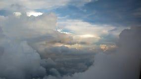 反射通过蓬松白色云彩的阳光 图库摄影