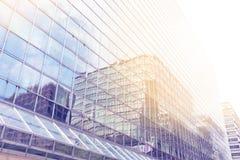 反射阳光在抽象办公楼 免版税库存图片