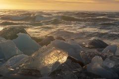 反射阳光的冰山 免版税库存图片