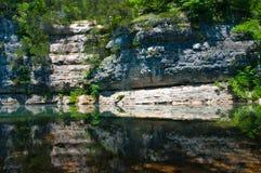 反射阿肯色安静河的大峭壁 免版税库存图片