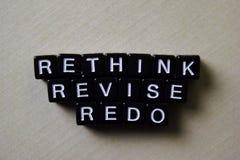 反射-重新考虑-再做在木块 企业和启发概念 图库摄影