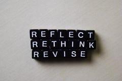 反射-重新考虑-在木块的修订 企业和启发概念 免版税图库摄影