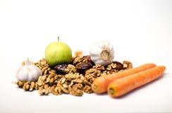 反巨蟹星座健康行食物、核桃、日期、大蒜、红萝卜和苹果 免版税库存图片