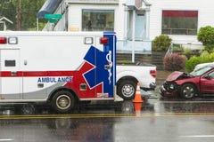 反应交通事故的EMT车 免版税图库摄影