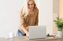 反应在企业电子邮件 使用膝上型计算机的妇女 库存图片