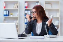 反应电话的沮丧的电话中心助理 库存照片